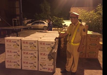 Lực lượng chức năng bắt giữ hơn 7 tấn hoa quả Trung Quốc tuồn vào Việt Nam để tiêu thụ.