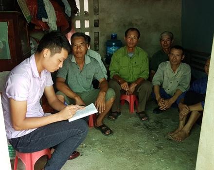 Người dân xã Nghĩa An trao đổi với phóng viên Dân trí, phản đối việc bán đất cho doanh nghiệp Trung Quốc thiếu minh bạch.