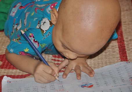 Không được đi học, hàng ngày ở nhà em tập viết chữ.