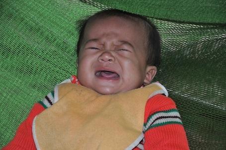 Mẹ chết trên bàn mổ đẻ, khiến bố bé Ngọc hang ngày phải đi xin sữa cho con.