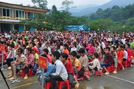 Các em học sinh ở 3 điểm trường lẻ tập chung ở điểm trường chính của trường Tiểu học Yên Thành trong buổi nhận quà.