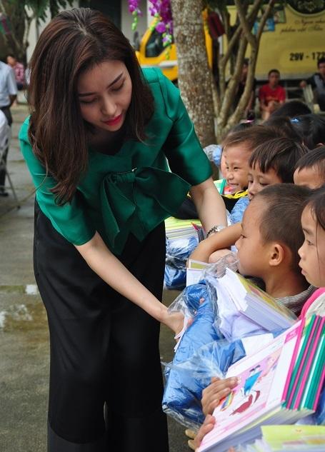 Doanh nhân Lam Cúc tặng quà cho các em học sinh.