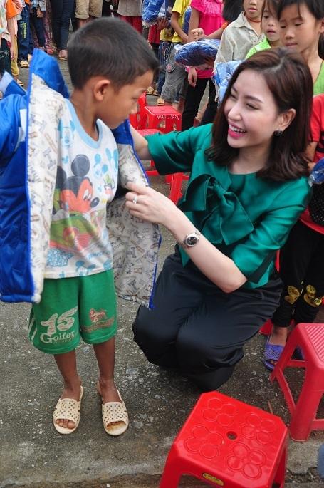Hơn 300 áo ấm được tặng cho các em.
