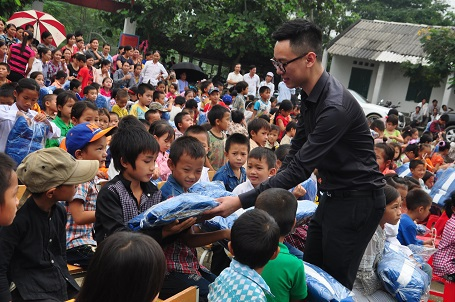 Chồng chị Lam Cúc, anh Hoàng Linh luôn đồng hành cùng vợ trong các công việc thiện nguyện.
