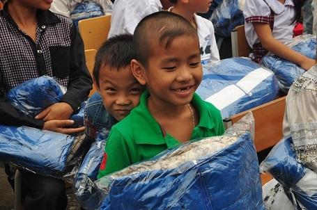 Niềm vui của những đứa trẻ vùng cao khi nhận được quà.