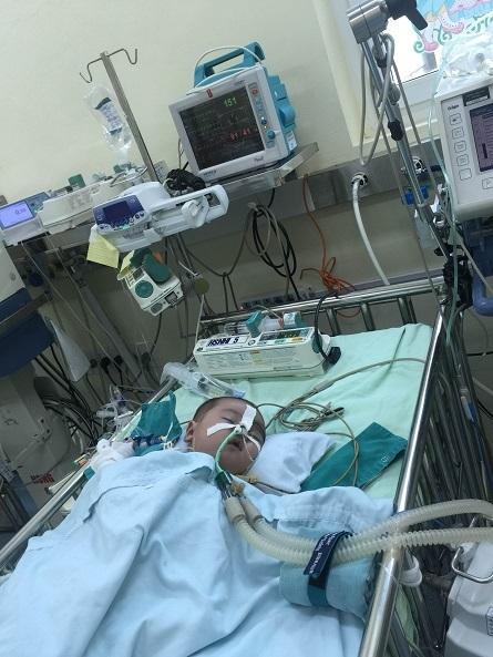 Hiện em đang nằm ở khoa Hồi sức sau ca mổ lần thứ nhất hôm thứ 5 vừa qua.