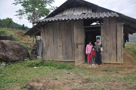 Căn nhà của 3 anh em cậu bé Sên nằm cách biệt một mình ở ven đường.