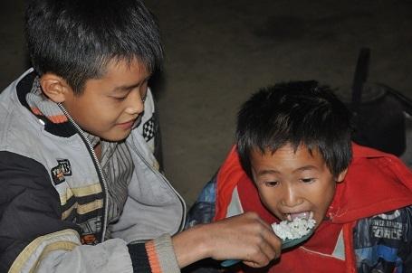 Cuộc sống đói nghèo của 3 anh em diễn ra trong nhiều năm nay.