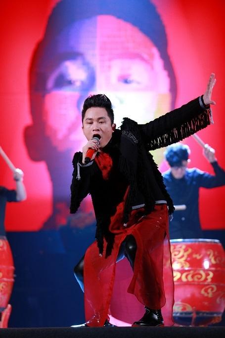 Tùng Dương cháy hết mình trong liveshow Thập kỉ hoan ca diễn ra tối 12/12 tại Cung văn hóa hữu nghị Việt Xô.