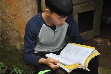 Em thường len lén lấy những cuốn vở cũ ra để đọc và nhớ những ngày tháng được đến trường cùng các bạn.