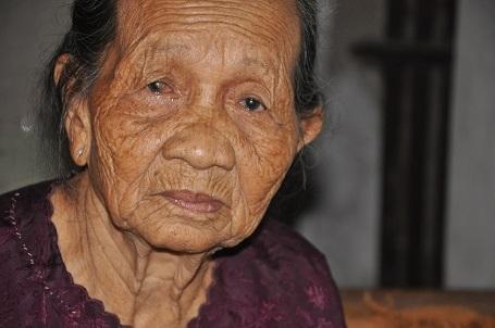 Đã 80 tuổi nhưng cụ Ý vẫn phải chăm sóc con gái bị rắn cắn đã 28 năm nay.