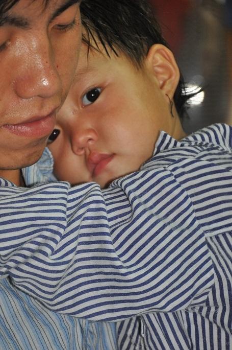 Con mắt bên trái có khả năng sẽ giữ lại được nhưng gia đình nghèo khổ không có tiền theo đuổi liệu trình chữa trị.