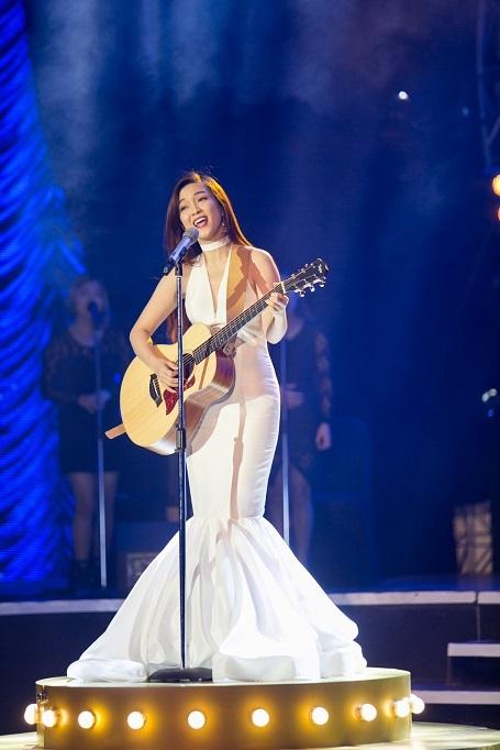 """Với """"Loving you"""", Đinh Hương cho thấy cô là một trong nghệ sĩ đa năng, có thể vừa hát, sáng tác thành công nhất ở thời điểm này."""
