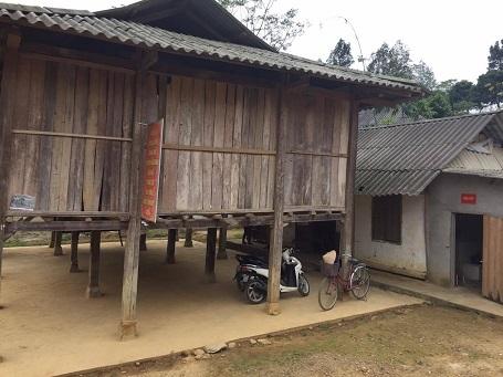 Lớp học vốn là gian nhà bếp nhỏ bé lụp xụp bên cạnh hội trường thôn.
