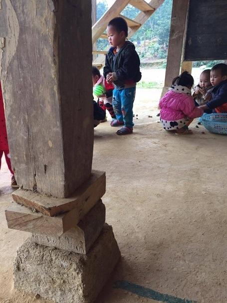 Các con chơi dưới gầm với chi chít những chiếc cột nguy hiểm.