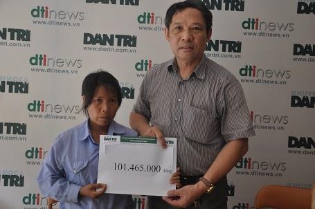 Ông Phạm Huy Thân - Cháng văn phòng báo điện tử Dân trí trao quà của bạn đọc đến chị Kim.