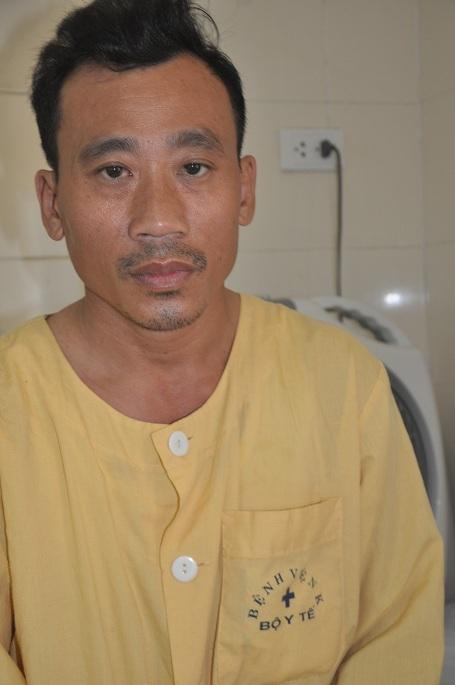 Bố của em, anh Nguyễn Công Lý lo lắng khi không biết lấy gì chữa trị cho con.