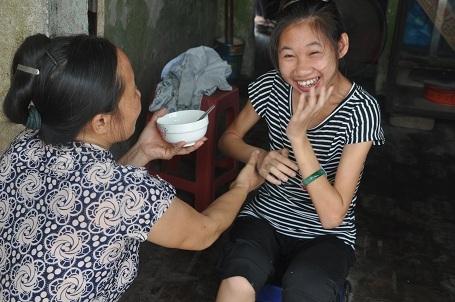 Tranh thủ giờ nghỉ trưa, chị Quyên về nhà để bón cho con gái miếng bánh.