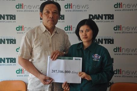 Ông Phạm Huy Thân - Chánh VP báo điện tử Dân trí trao 207.106.000 đồng bạn đọc ủng hộ qua Quỹ Nhân ái đến chị Thương.