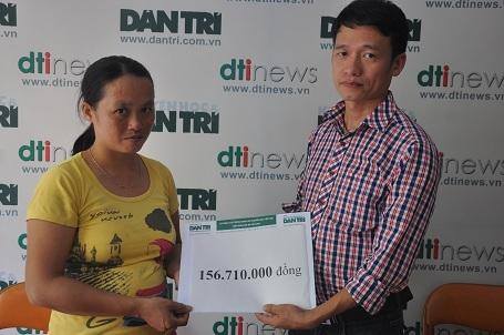 Nhà báo Nguyễn Thế Nam, Phó ban Truyền thông và Công tác xã hội báo Dân trí trao số tiền bạn đọc giúp đỡ đến chị Phương.