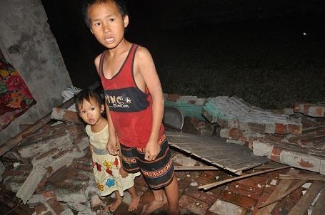 Hai em của Ngọc từ ngày chị nhập viện phải gửi nhờ hàng xóm trông hộ.