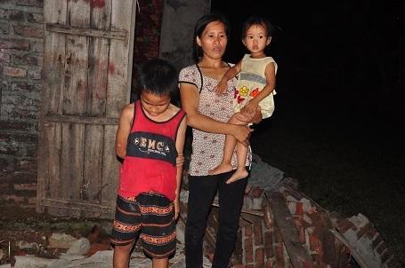 1 nách chị nuôi 3 đứa con trong sự đói nghèo, rách rưới.
