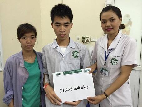 Chị Nguyễn Thị Hạ - Cán bộ phòng CTXH bệnh viện Bạch Mai thay mặt trao quà của bạn đọc Dân trí đến Hiền.