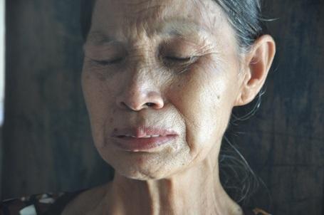 Bà nội nghẹn ngào với 4 lần đeo vành khăn tang trắng trong 4 năm.