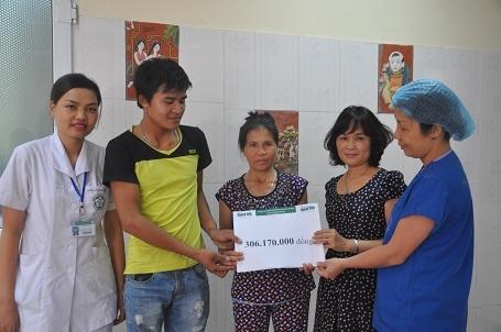 Chị Trần Thị Bích Phương - Điều dưỡng trưởng khoa C8 Tim mạch và BS Phạm Thị Bích Mân - Trưởng phòn CTXH bệnh viện thay mặt trao quà bạn đọc giúp đỡ đến gia đình An.