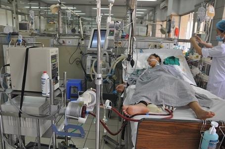 Một mình em hiện đang phải sử dụng nhiều loại máy móc hỗ trợ. Bác sĩ Thạch cho biết em đang có dấu hiệu tiến triển nên phải tiếp tục điều trị mới mong cứu được mạng sống.