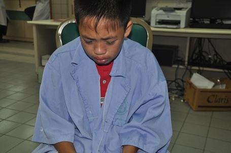 Cậu bé Tài cứ liên tục khóc van xin bác sĩ cứu chị gái để chị về nhà cho cháu Khánh (5 tháng tuổi) bú ti.
