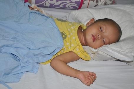 Sau gần 1 tháng điều trị tích cực tại bênh viện Việt Đức, tình trạng của bé Hoài Thương đã khá hơn.