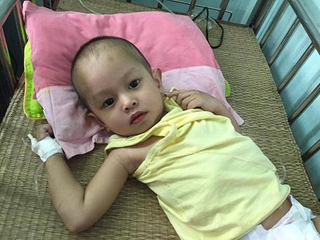 Được chuyển từ bệnh viện Việt Đức sang bệnh viện Nhi TW điều trị, bé Hoài Thương vừa trải qua ca mổ thập tử nhất sinh.
