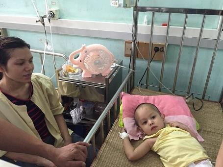 Lo lắng cho con, mẹ của em dù chưa đi lại được nhưng vẫn từ Nghệ An ra ngoài Hà Nội với con ngay trong đêm.