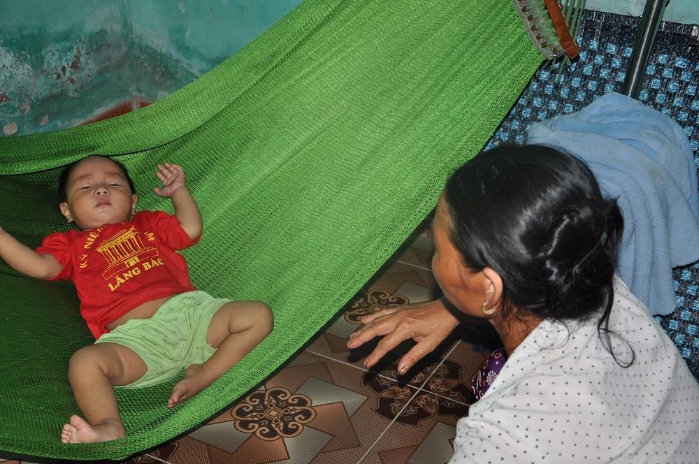 Cậu bé Tuấn 10 tháng tuổi không theo mẹ và phải uống sữa ngoài toàn bộ vì Liên đã mất sữa từ khi bỏ nhà đi.