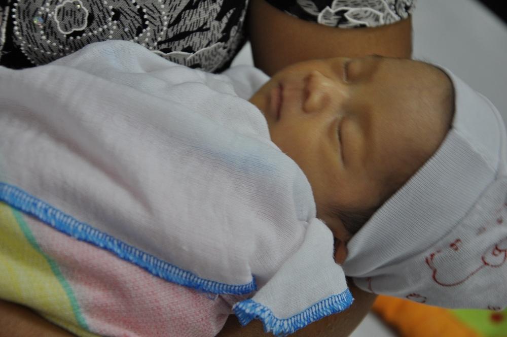 Em bé sinh ra bị suy hô hấp, phải nằm nhiều ngày trong lồng kính và thở oxy.
