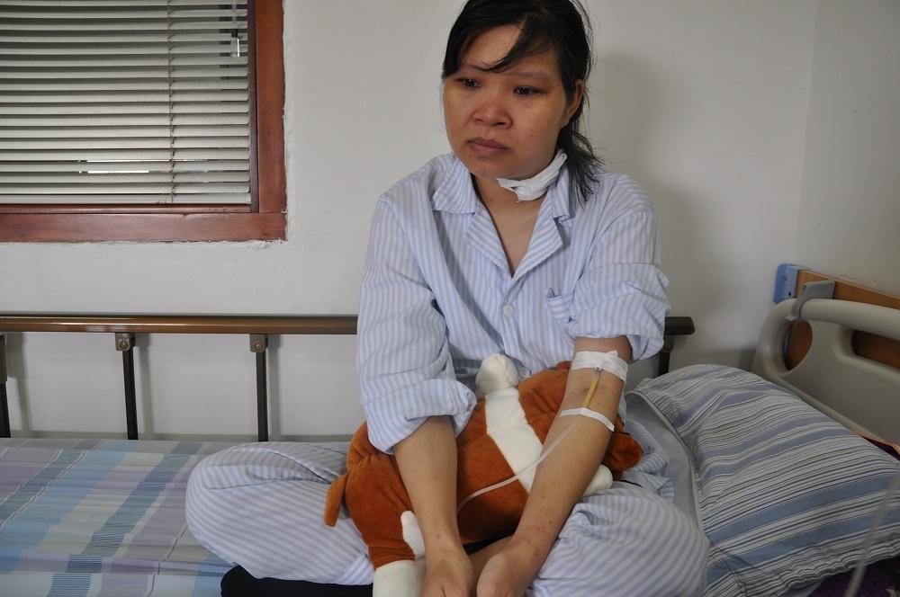 Hiện mẹ con chị Hảo đang rất cần mọi người giúp đỡ để có điều kiện tiếp tục điều trị.