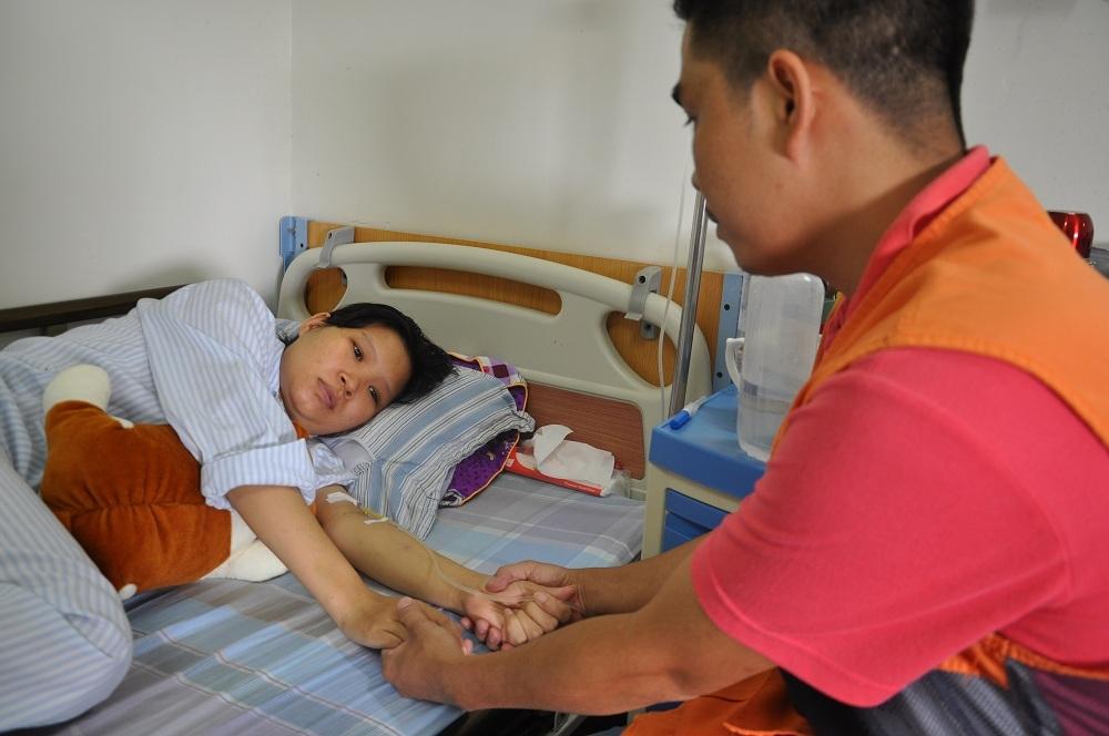 Lo cho vợ, cho con nhưng anh Tùng không thể lo được tiền đóng viện phí.