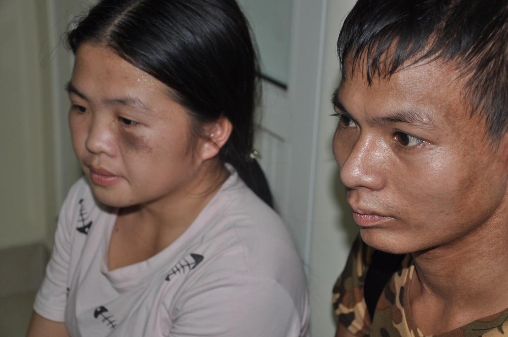 Bố mẹ Tuấn Anh thất thần ngồi bên ngoài hành lang bệnh viện.