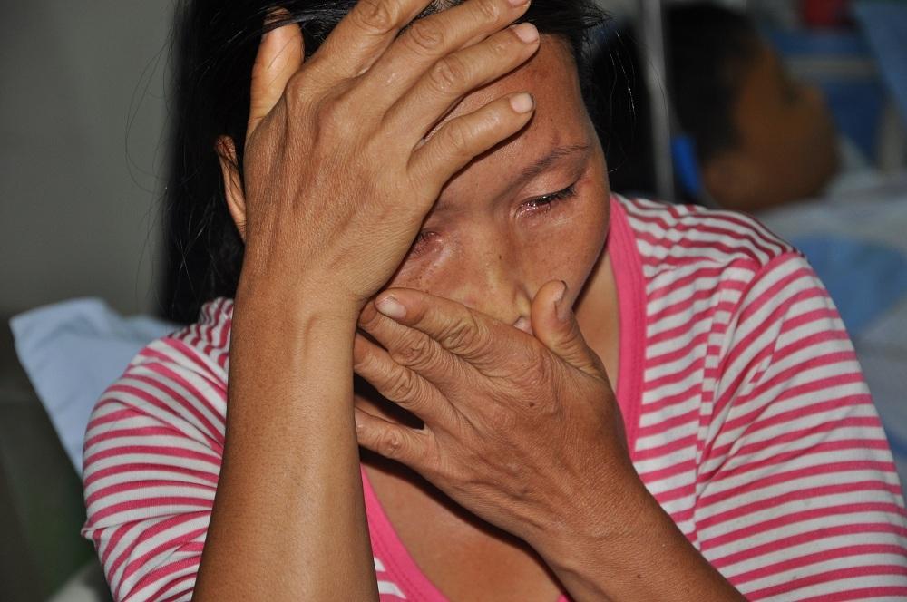 Mẹ của em cũng nức nở khóc khi được hỏi về tiền chữa trị cho con.