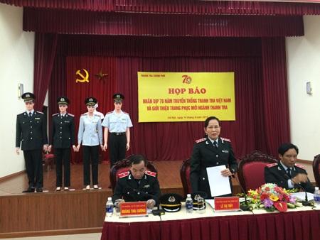 Bà Lê Thị Thủy- Phó Tổng Thanh tra Chính phủ, giới thiệu về trang phục mới ngành thanh tra.