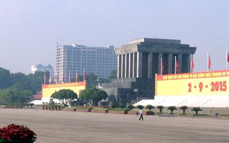 Theo ông Phạm Sỹ Liêm, tòa nhà cao 17 tầng ở 8B Lê Trực đã khiến Lăng Bác bé đi (Ảnh: Quang Phong).