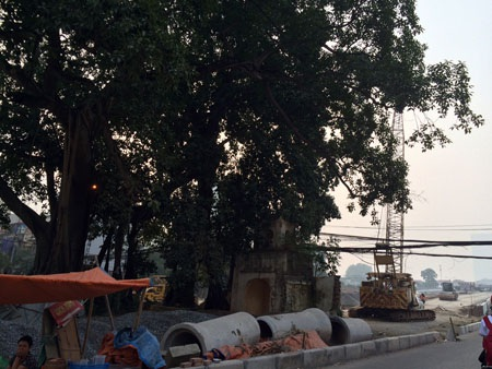 Cổng làng Trung Nha nằm ngay chân cầu vượt nút giao thông Bưởi - Hoàng Quốc Việt.
