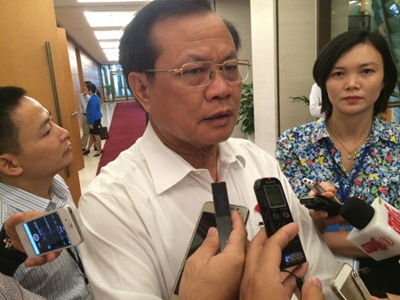 Ông Phạm Quang Nghị trao đổi với báo chí bên hành lang Quốc hội sáng 4/11 (Ảnh: Thế Kha).