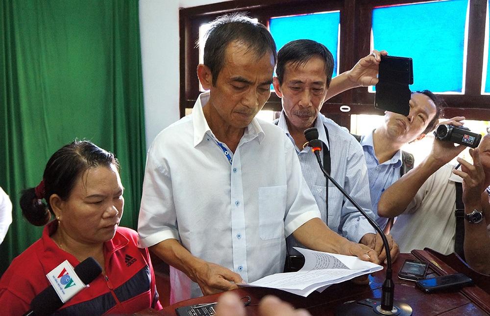 """Rơi nước mắt khi nói về khoảng thời gian ngồi tù oan hơn 17 năm cay đắng, ông Huỳnh Văn Nén nói: """"Có ai trên đất nước ngày khổ như tôi không ?. Chắc không có, và tôi cũng không muốn có"""" (Ảnh: Trung Kiên)."""