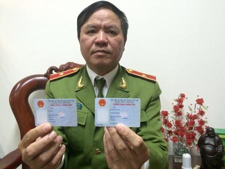 Thiếu tướng Trần Văn Vệ cho biết CMND 12 số và thẻ Căn cước công dân được cấp tới đây cơ bản giống nhau (Ảnh: Thế Kha)