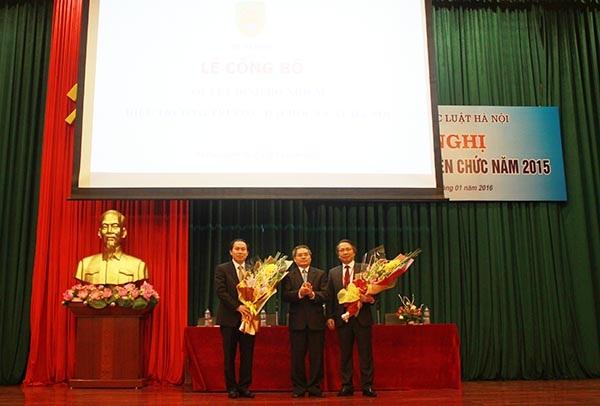 Bộ Tư pháp bổ nhiệm Vụ trưởng Vụ Tổ chức Cán bộ Lê Tiến Châu (trái) làm Hiệu trưởng Đại học Luật Hà Nội (Ảnh: BTP)