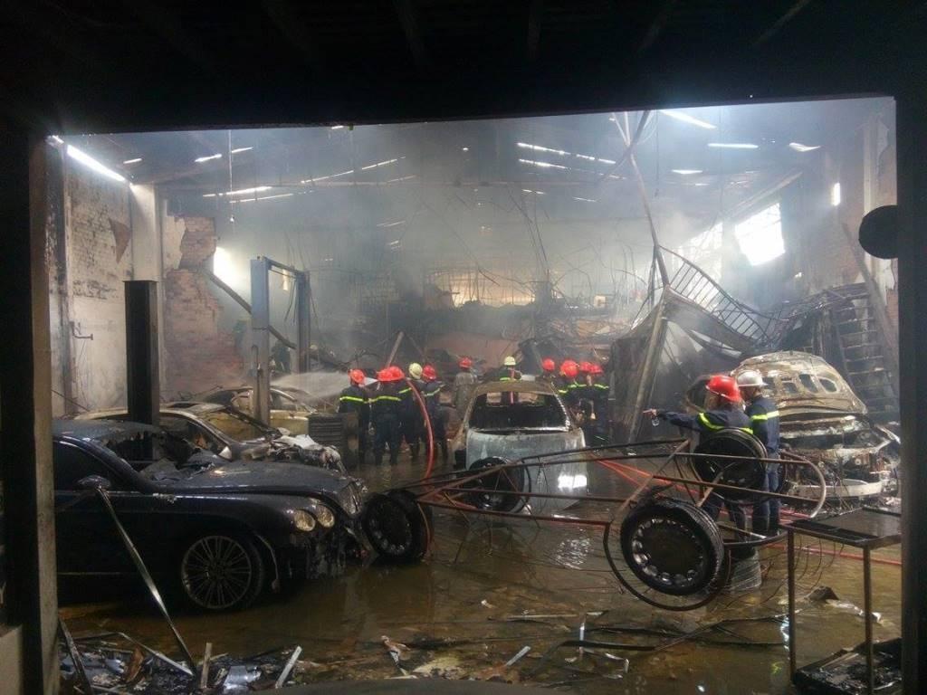 Theo thống kê ban đầu của Cảnh sát PCCC TPHCM, vụ cháy tại gara ô tô Thần Châu (số 198 Cống Quỳnh, phường Nguyễn Cư Trinh, quận 1) đã thiêu rụi 5 ô tô sang các loại. Nơi đây chuyên sửa chữa, bảo dưỡng các dòng xe sang cao cấp như Bentley, Rolls-Royce, Mercedes, BMW, Audi, Lexus, Land Rover,…(Ảnh: Đình Thảo)