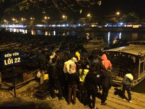 Từ 3 giờ sáng 13/2 (mùng 6/1 âm lịch), hàng trăm du khách thập phương đã ra bến Yến thuê thuyền lên Chùa Thiên Trù và Động Hương Tích.