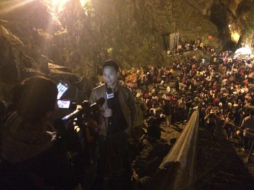 Phóng viên báo chí tác nghiệp tại Động Hương Tích rạng sáng nay.